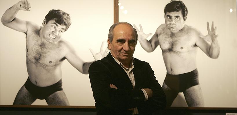 """El fotógrafo Jordi Socías ante una de las obras de su exposición """" Maremágnum"""" , en la Biblioteca Nacional, Madrid."""