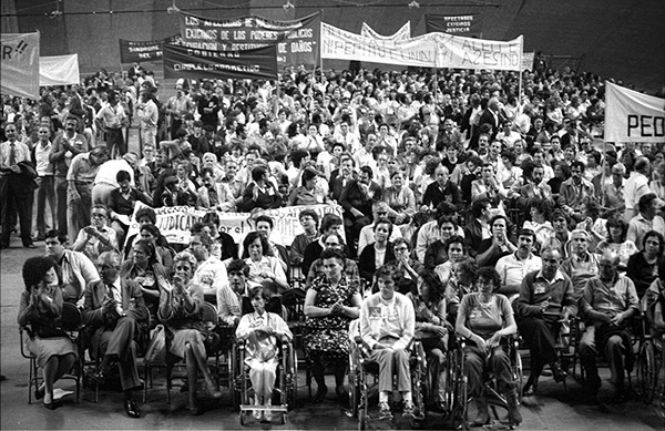 Concentración-de-víctimas-del-síndrome-tóxico-en-el-Palacio-de-los-Deportes-de-Madrid--1983ok