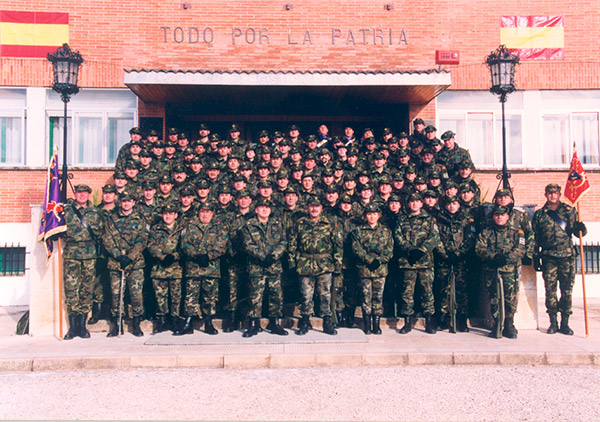 Foto-de-familia-en-el-acto-de-despedida-de-la-Fuerza-Española-en-Afganistán-ISAF-IV-(2003)ok