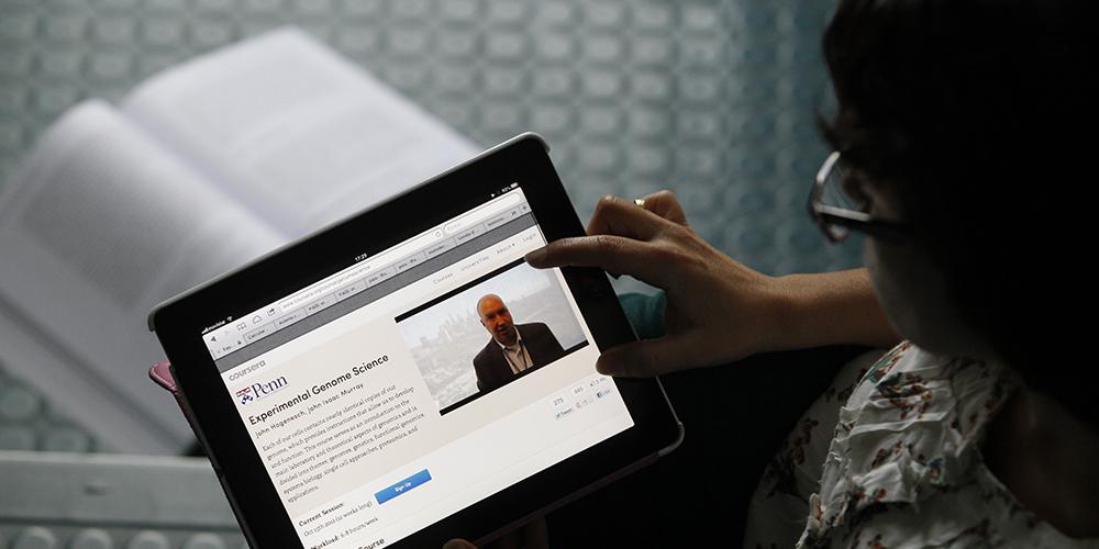 Una joven recibe una clase de la pagina Coursera. / LUIS SEVILLANO