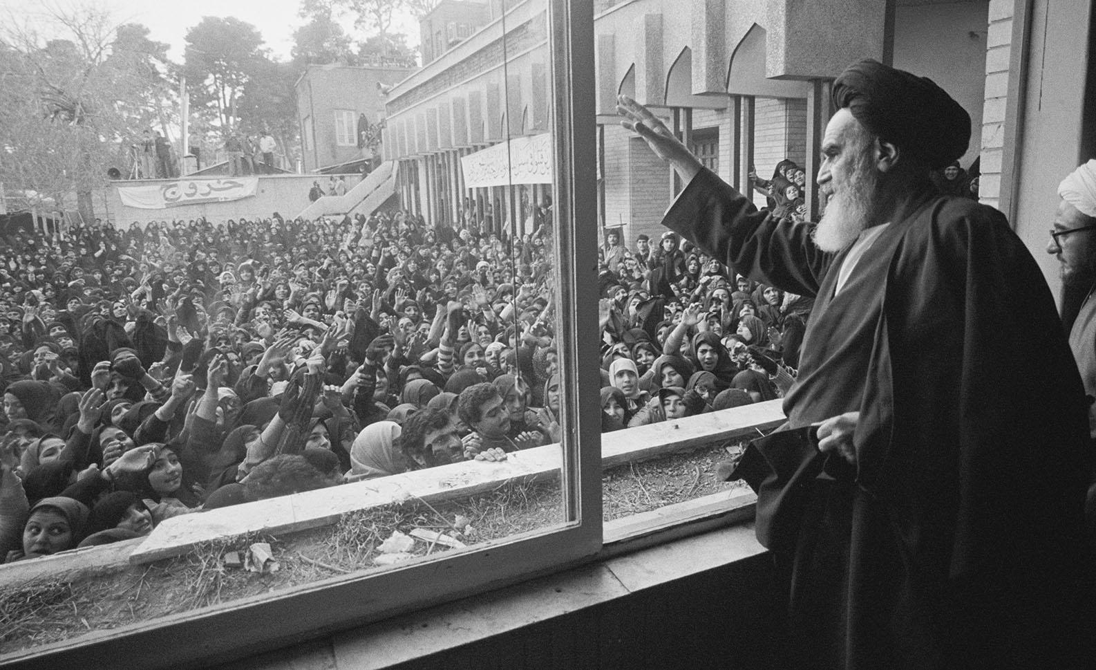 Febrero 1979. A su regreso a Irán, el ayatolá Jomeini saluda a la multitud en la Universidad de Teherán tras su exilio en Francia. Se establece la República Islámica. / ALAIN DEJEAN (SYGMA-CORBIS-CORDON PRESS)