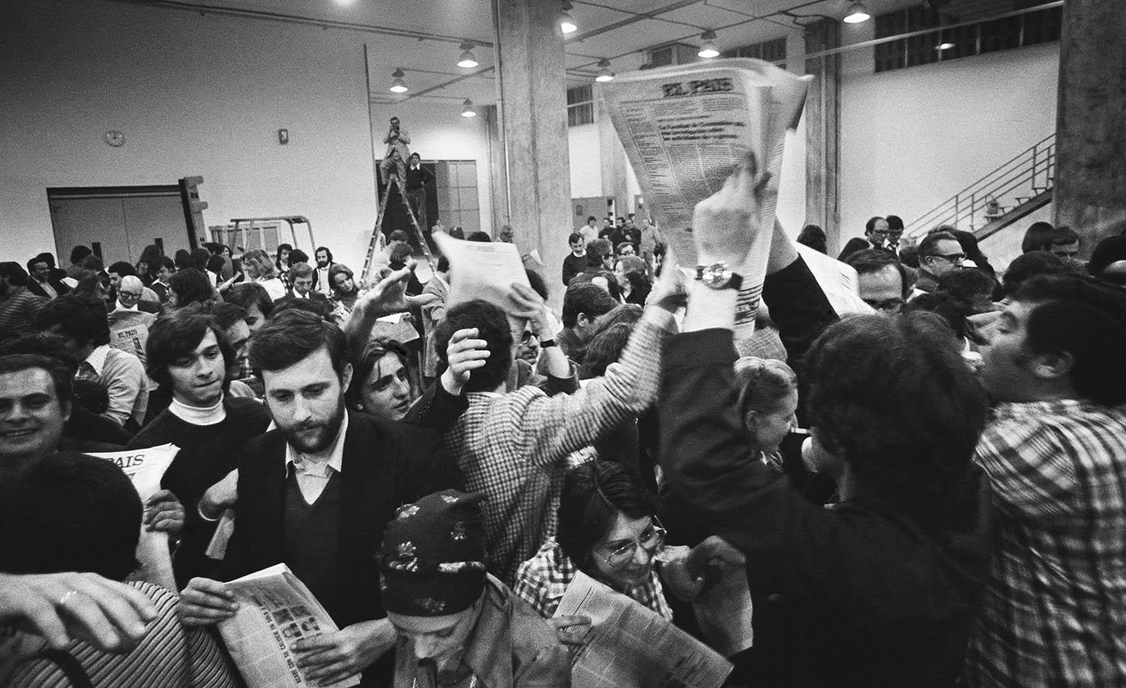 Primeras horas del 4 de mayo de 1976. Nace EL PAÍS. Los primeros ejemplares del diario comienzan a circular entre los trabajadores del periódico. / ANTONIO GABRIEL