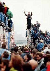 La presión humana en Berlín oriental genera las primeras fi suras en el muro, que acabaría siendo demolido en la histórica jornada del 9 de noviembre de 1989. / LIONEL C I RONNEAU (AP/GTRES)