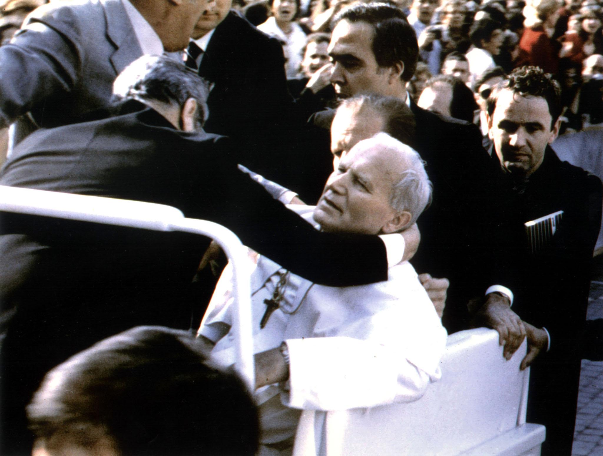 13 de mayo de 1981. Plaza de San Pedro. El Vaticano. Juan Pablo II saluda desde su papamóvil a la multitud. Camuflado en ella, Mehmet Ali Agca, ciudadano búlgaro, dispara en cuatro ocasiones contra el Papa. El atentado supone un antes y un después en el pontificado de Karol Wojtila. Agca fue indultado 19 años después. / REUTERS-CORDON PRESS