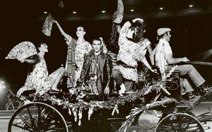Espectáculo del modisto Francis Montesinos en la plaza de Las Ventas de Madrid, en 1985. / ANA TORRALVA