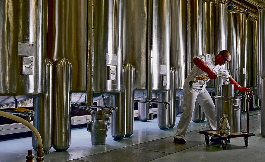 Un técnico en la fábrica de Chartres (Francia).